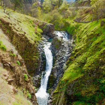 Waterfall on Mosier Plateau trail, OR